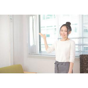 フリー写真, 人物, 女性, アジア人女性, 日本人, 女性(00037), ウェイトレス, 喫茶店(カフェ), 飲食店, 仕事, 職業, 案内する