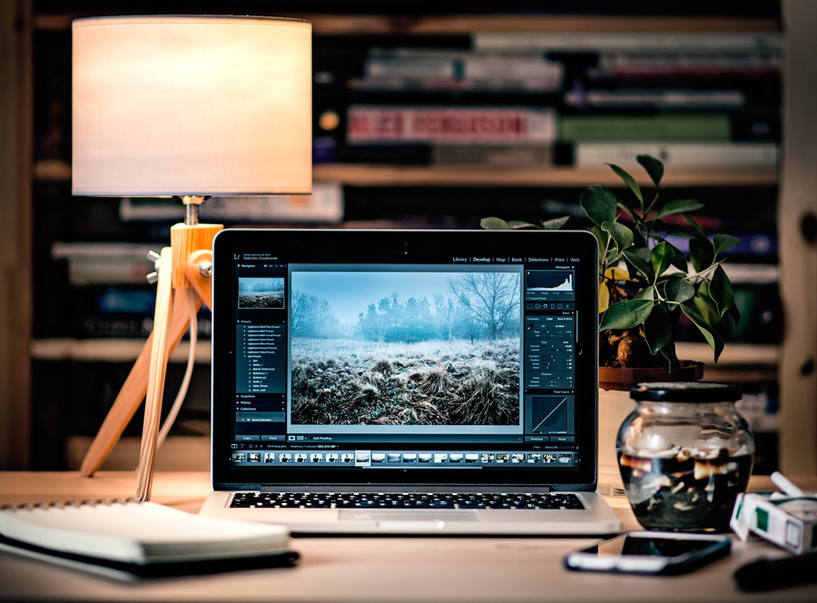 フリー写真 書斎の机の上のノートパソコン