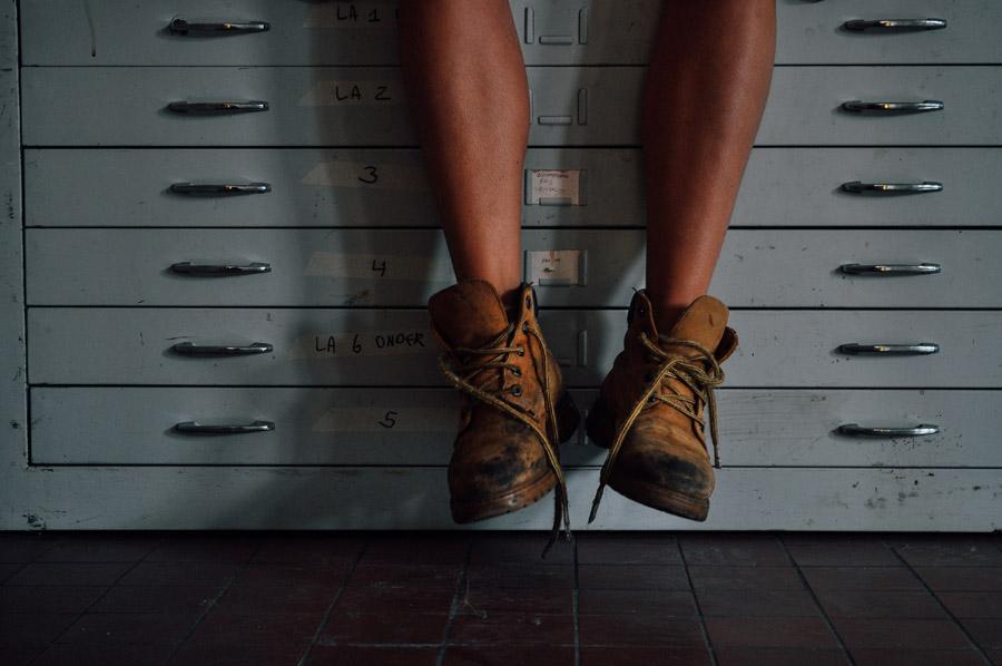フリー写真 書類棚と靴を履いた足
