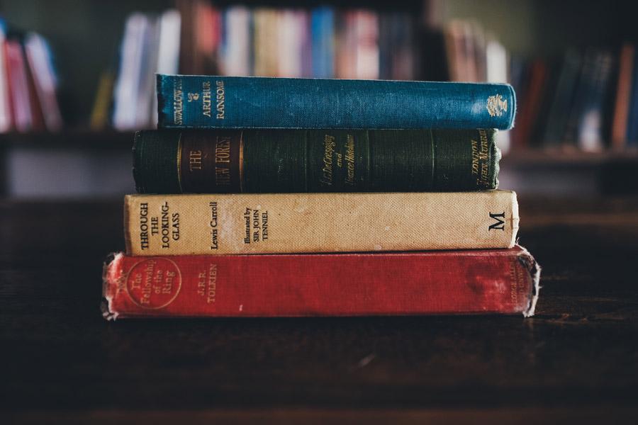 フリー写真 積み重ねた古い本