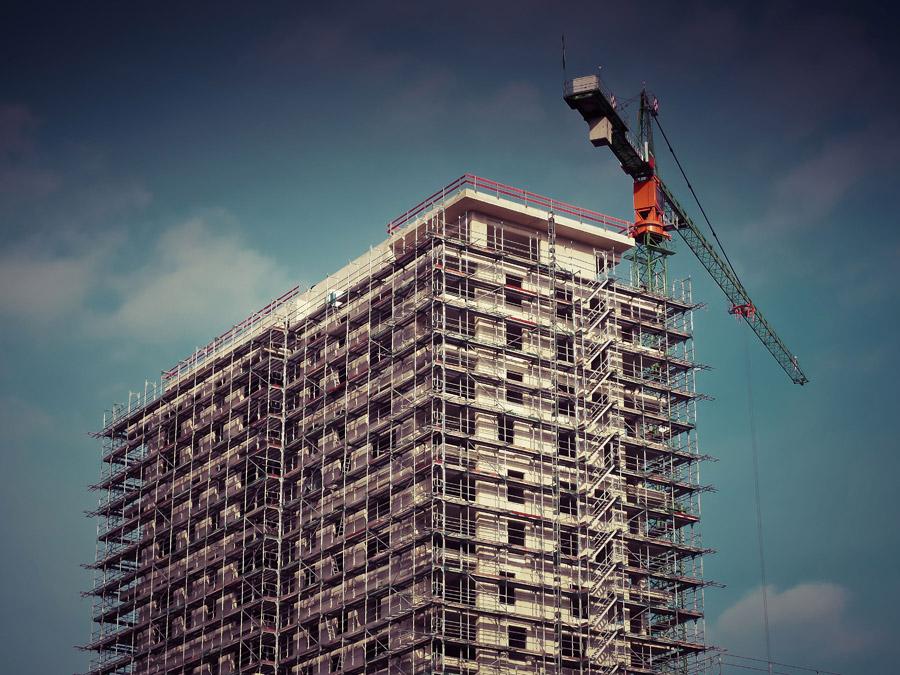 フリー写真 建設中のマンションとタワークレーン