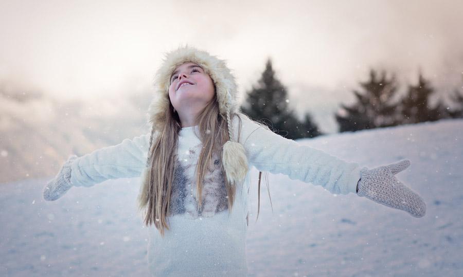 フリー写真 雪に手を広げて歓喜する女の子