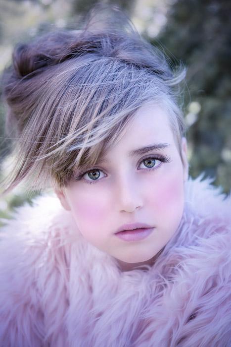 フリー写真 化粧をした女の子のバストアップショット
