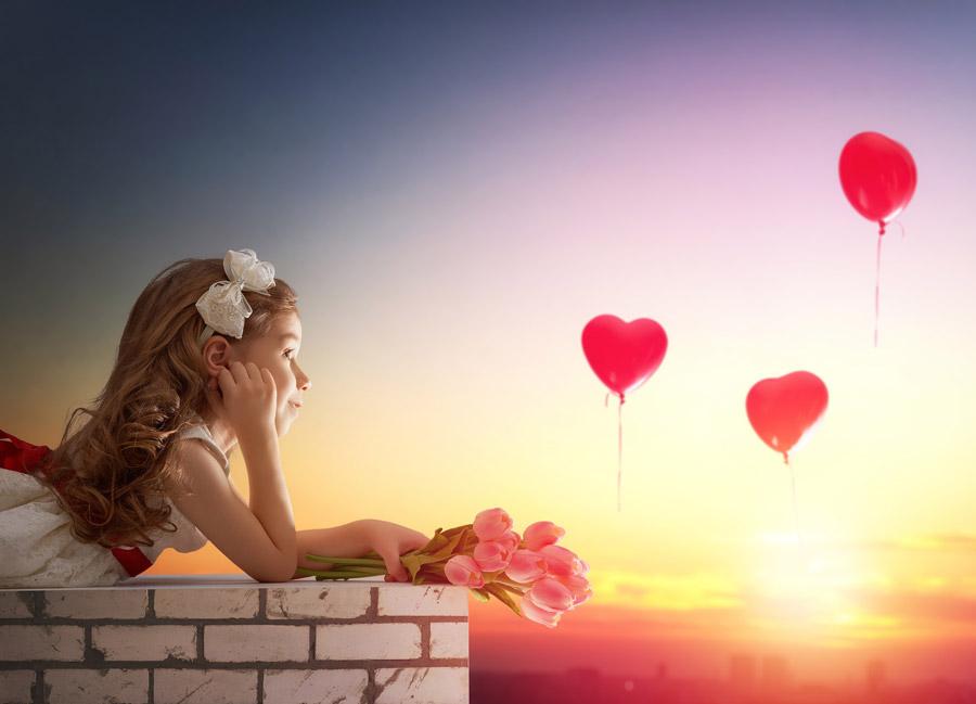 フリー写真 チューリップを持った女の子とハートの風船