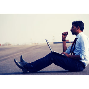 フリー写真, 人物, 男性, 外国人男性, 仕事, 職業, ビジネス, ビジネスマン, 座る(地面), パソコン(PC), ノートパソコン, デスクワーク, 横顔, ワイシャツ
