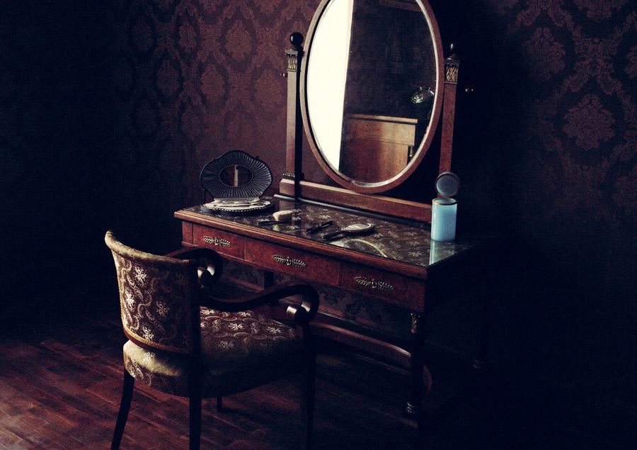 フリー写真 古い鏡台