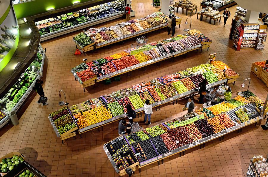 フリー写真 野菜や果物が並んだスーパーの風景