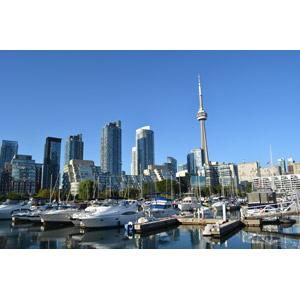 フリー写真, 風景, 建造物, 建築物, 塔(タワー), CNタワー, 高層ビル, 都市, 街並み(町並み), ヨットハーバー(マリーナ), 船, カナダの風景, トロント