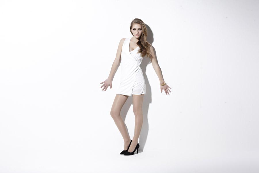 フリー写真 白いドレス姿の外国人女性の全身ショット