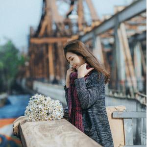 フリー写真, 人物, 女性, アジア人女性, 女性(00132), ベトナム人, 人と花, 花束, 白色の花, マフラー, 俯く(下を向く)