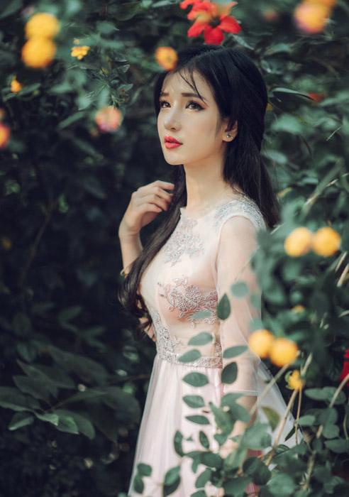 フリー写真 木花と木の葉と女性ポートレイト