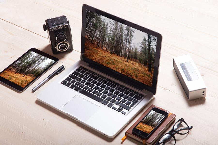 フリー写真 ノートパソコンとタブレットPCとスマホと二眼レフカメラ