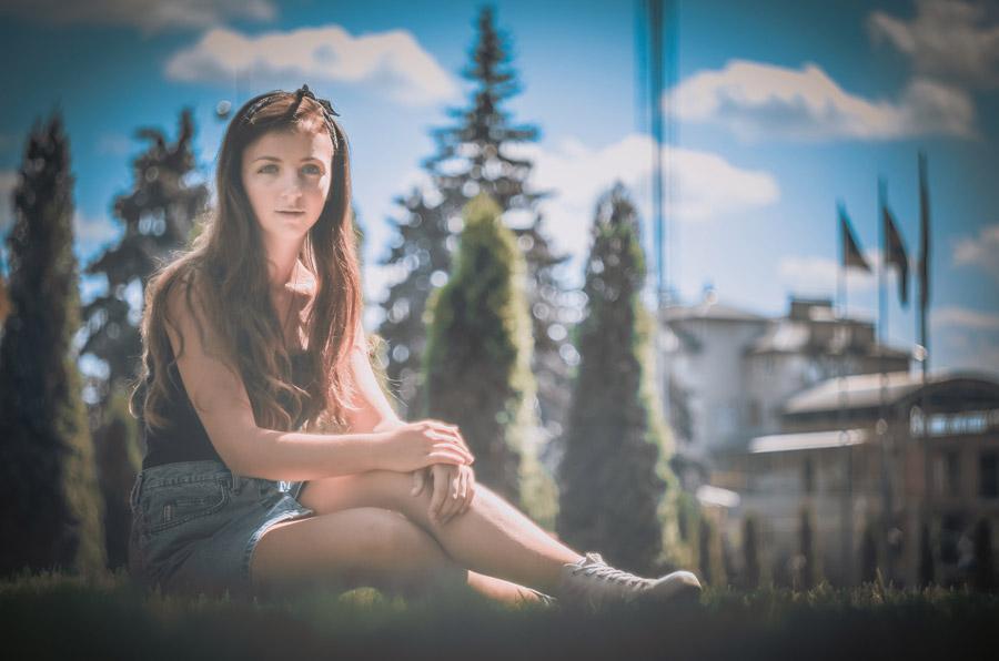 フリー写真 芝生の上に座るウクライナ人女性