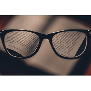 フリー写真, 眼鏡(メガネ), 本(書籍), 視力
