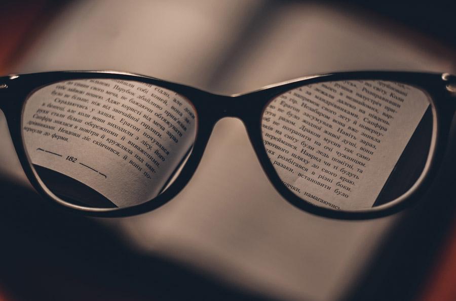 フリー写真 眼鏡をかけて見えるクリアな世界