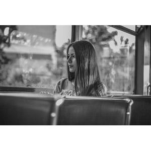フリー写真, 人物, 女性, 外国人女性, ウクライナ人, 人と乗り物, バス, 眺める, モノクロ