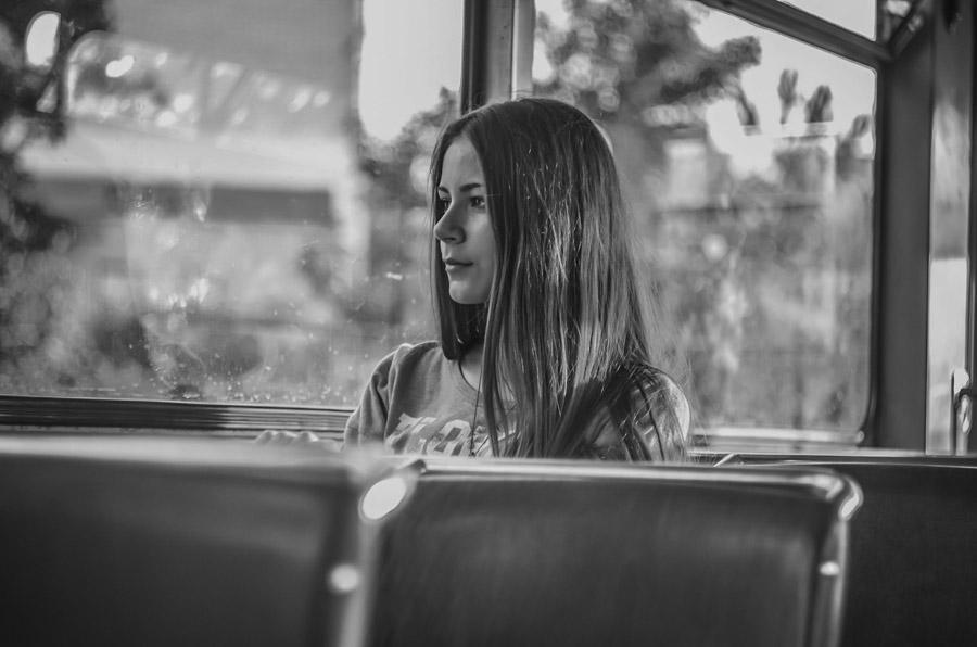 フリー写真 バスに乗る外国人女性