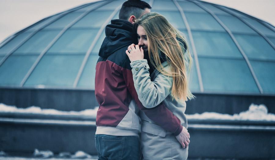 フリー写真 抱き合うウクライナのカップル
