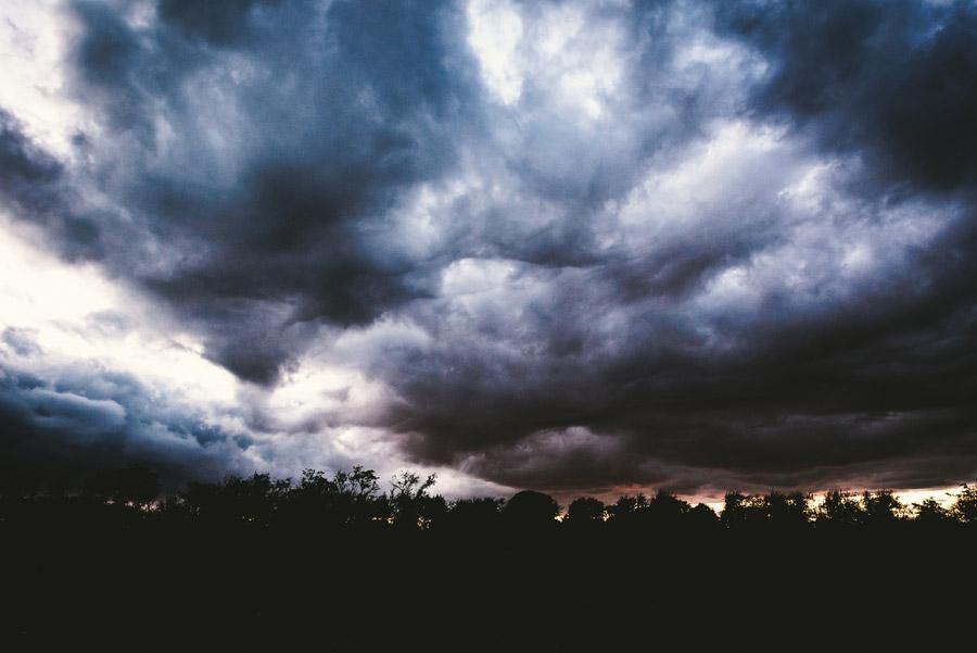フリー写真 空を覆う暗雲の風景