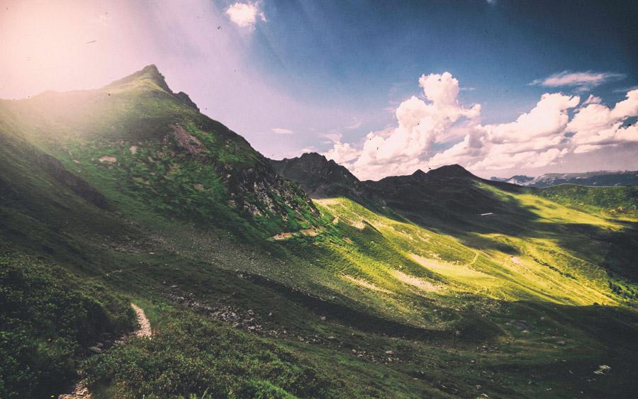 フリー写真 太陽の光が降り注ぐ山脈の風景