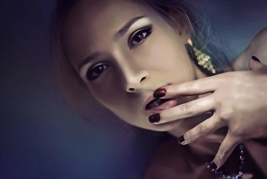 フリー写真 唇に指を当てる外国人モデル