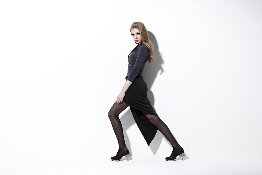 フリー写真 黒いドレス姿の外国人女性