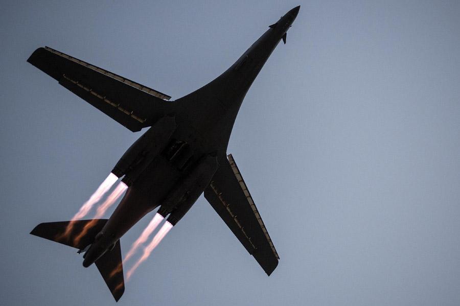 フリー写真 飛び立つ爆撃機のB-1 ランサー