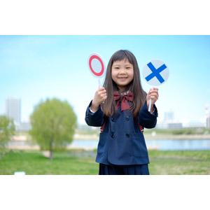 フリー写真, 人物, 子供, 女の子, アジアの女の子, 日本人, 女の子(00119), 学生(生徒), 小学生, 学生服, マルバツ札, マル印, バツ印