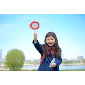 フリー写真, 人物, 子供, 女の子, アジアの女の子, 日本人, 女の子(00119), 学生(生徒), 小学生, 学生服, マルバツ札, マル印, 正解
