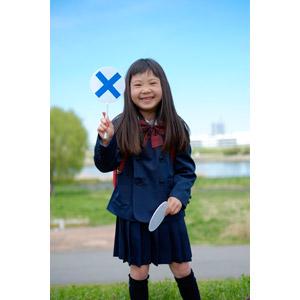 フリー写真, 人物, 子供, 女の子, アジアの女の子, 日本人, 女の子(00119), 学生(生徒), 小学生, 学生服, マルバツ札, バツ印, 間違い