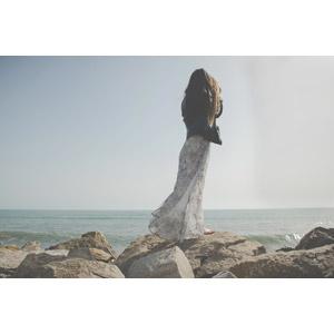 フリー写真, 人物, 女性, 外国人女性, 人と風景, 海岸, 海, 岩, スペインの風景