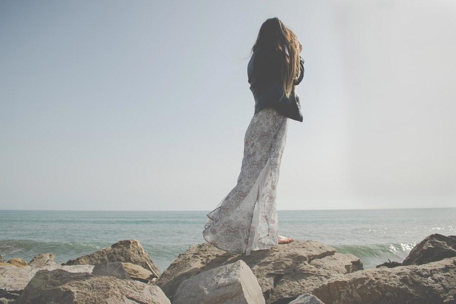 フリー写真 海岸に立つ女性