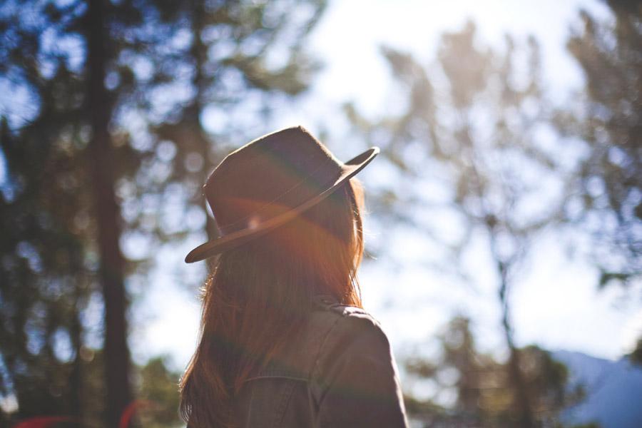 フリー写真 太陽の光と帽子を被る女性