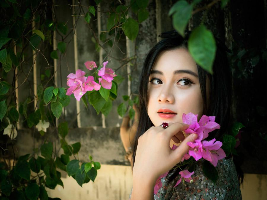 フリー写真 ピンク色の花と振り返るベトナム人女性