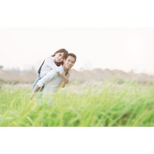 フリー写真, 人物, カップル, 恋人, ベトナム人, おんぶ, 二人, 人と風景, 草むら, 草原, カップル(00167)