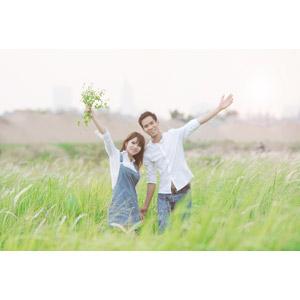 フリー写真, 人物, カップル, 恋人, ベトナム人, 手を広げる, 二人, 人と風景, 草むら, 草原, カップル(00167)