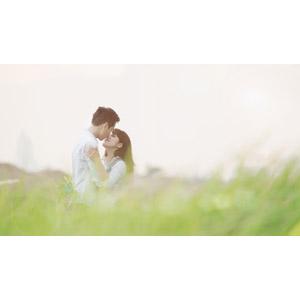 フリー写真, 人物, カップル, 恋人, ベトナム人, 二人, キス(口づけ), 愛(ラブ), 人と風景, 草むら, 草原, カップル(00167)