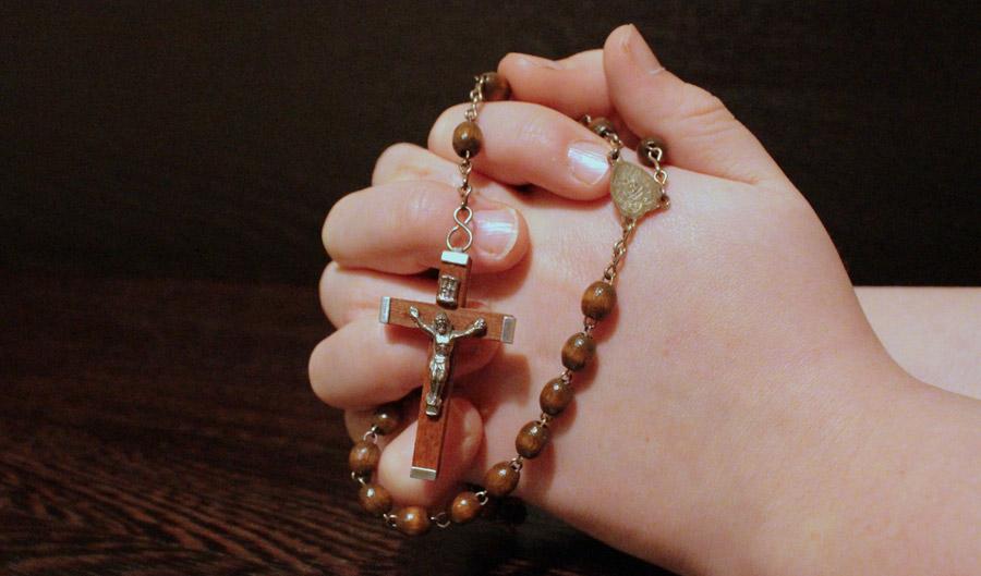 フリー写真 ロザリオを握って祈る手