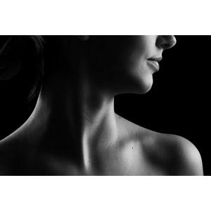 フリー写真, 人体, 首, 肩, モノクロ, 女性, 黒背景