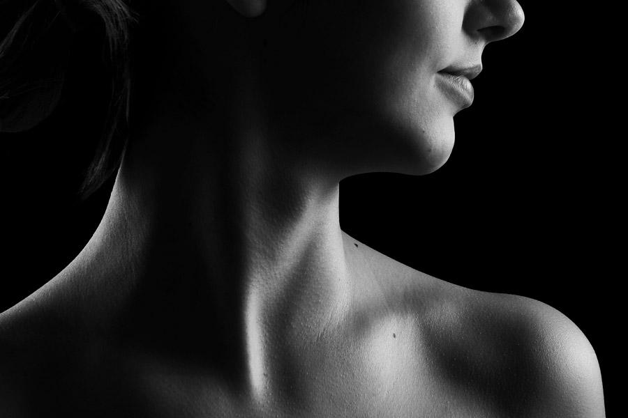 フリー写真 女性の首元と肩