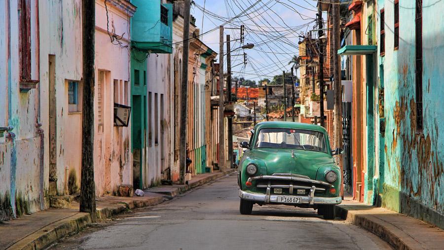 フリー写真 キューバの住宅街と古い車
