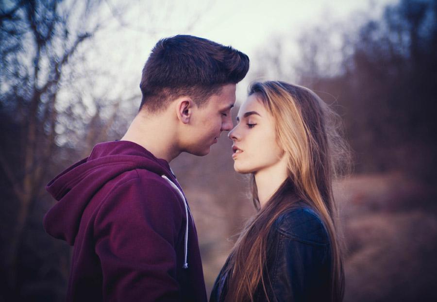 フリー写真 顔を近づけるルーマニアのカップル
