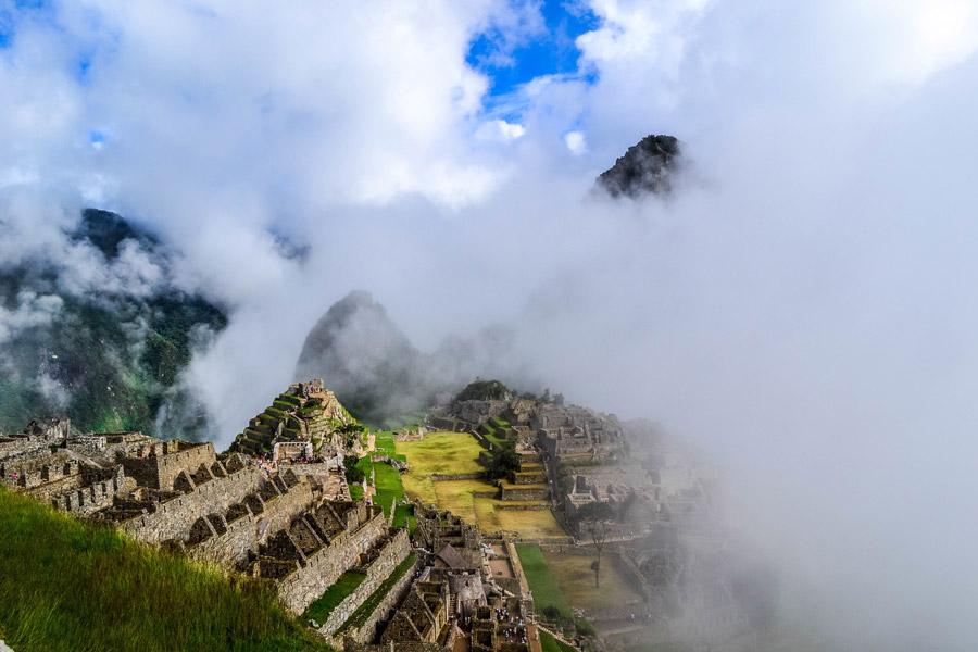 フリー写真 雲に包まれたマチュピチュ遺跡