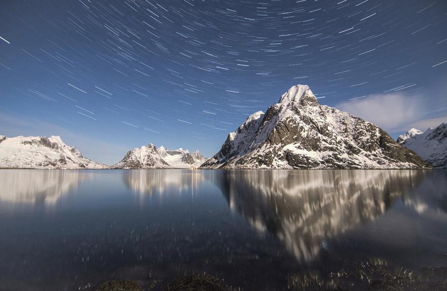 フリー写真 ノルウェーの山と星の軌跡