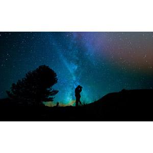 フリー写真, 人物, カップル, 恋人, キス(口づけ), 愛(ラブ), シルエット(人物), 人と風景, 夜, 星(スター), 天の川, 二人, 抱き合う