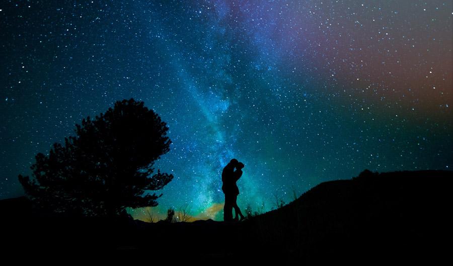 フリー写真 天の川のキスするカップルのシルエット