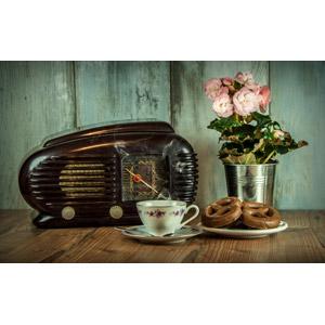 フリー写真, 家電機器, ラジオ, 食べ物(食料), 菓子, 洋菓子, スイーツ, プレッツェル, 花, コーヒーカップ