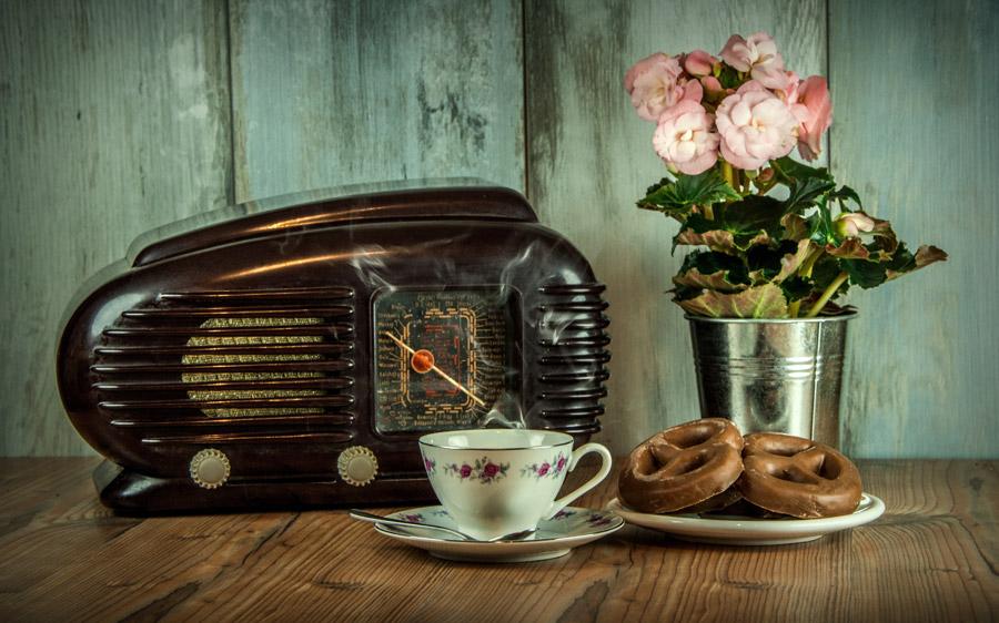 フリー写真 古いラジオとプレッツェルとコーヒーカップ