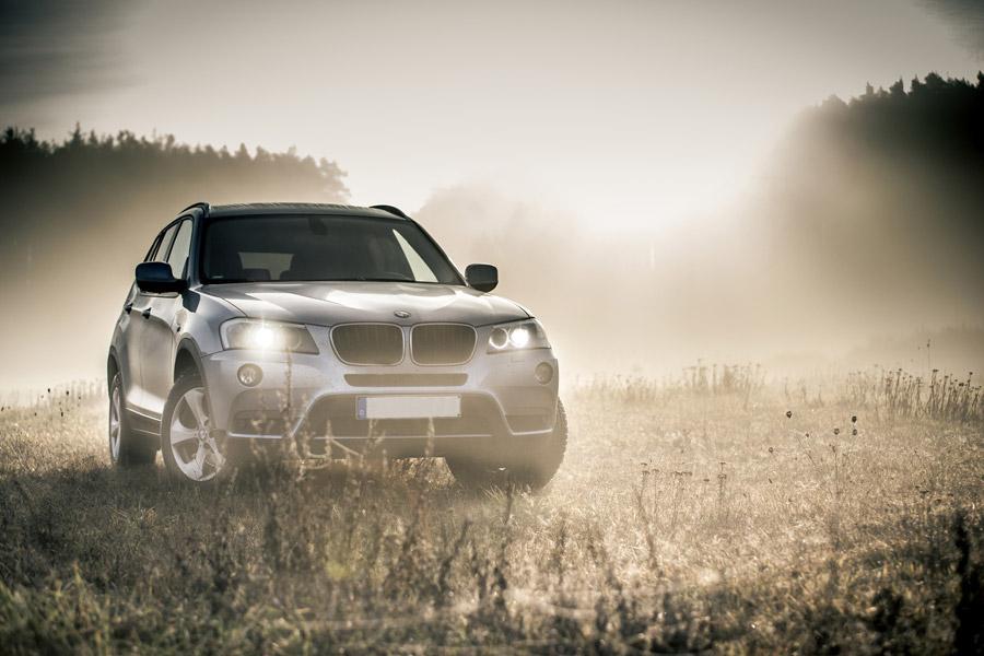 フリー写真 霧の中のBMW X3