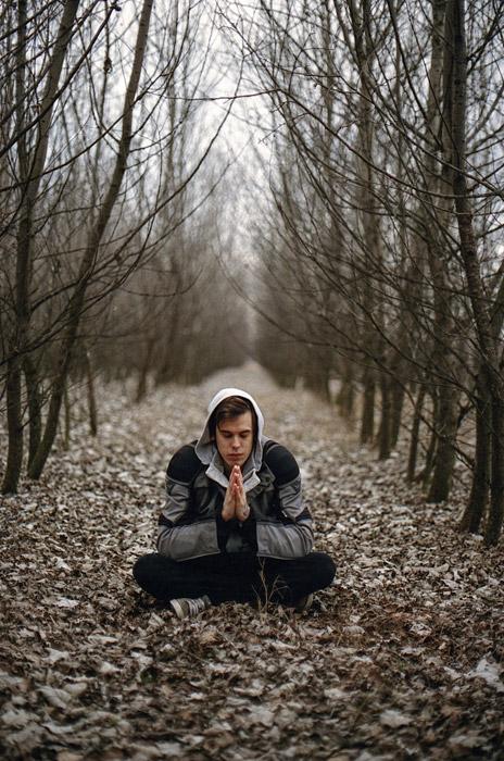フリー写真 林の中で座禅を組む外国人男性